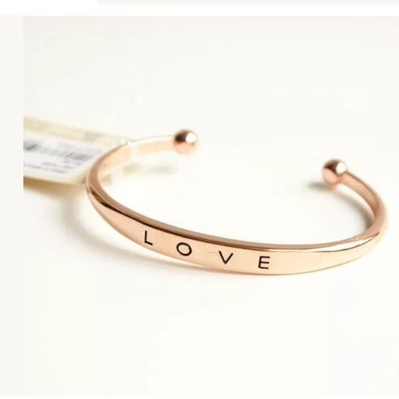 rose-gold-engraved-bracelet-for-mom